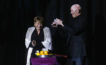 Michael Deutsch, stand-up med publikum på scenen