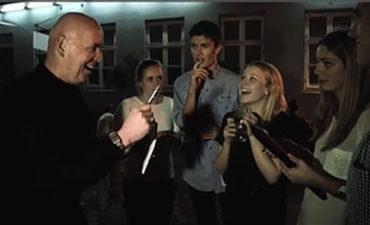 Michael Deutsch, tryller med en gruppe unge mennesker